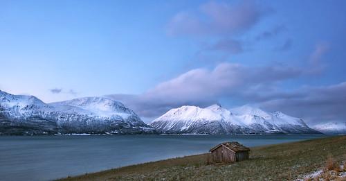 norway northernnorway arcticregion tromsfylke ullsfjorden fjord coast landscape seascape mountainrange lymgenalps snowcappedmountains sky clouds barn winter season seasonalbeauty lunaryuna panoramicviews