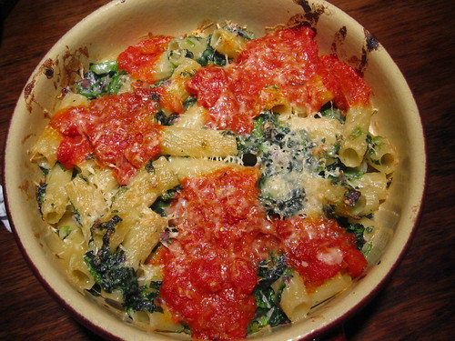 Pasta bake with spinach and tomatoes