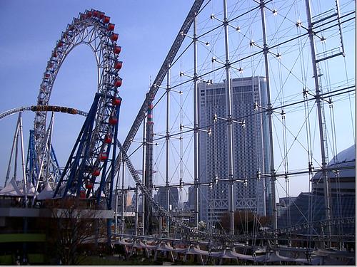 東京ドームシティアトラクションズのジェットコースター「サンダードルフィン」と観覧車「ビッグオー」 photo by OptioS