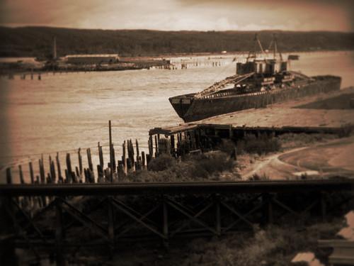 2005 wood blackandwhite bw usa sepia river landscape boat us washington dock rust industrial ship unitedstates unfound aberdeen wa lumber bigred graysharbor davewardsmaragd pss:opd=1111917278