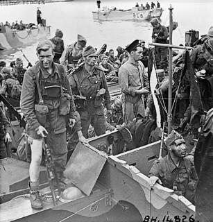 """British commandos who took part in Operation JUBILEE, the raid on Dieppe, returning to England, 19 August 1942 / Débarquement de soldats revenant de l'opération """"Jubilee"""", le raid sur Dieppe"""