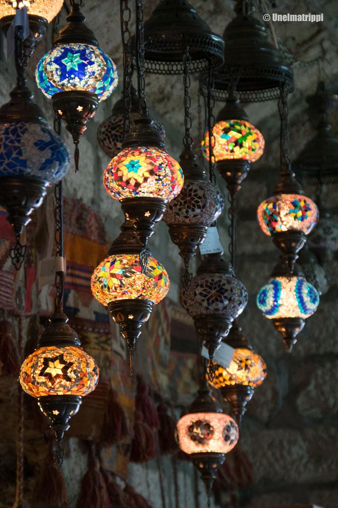Lasisia lampunvarjostimia myynnissä Sarajevon basaarikujilla