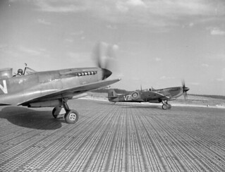 Supermarine Spitfire IXE aircraft of No. 412 (Falcon) Squadron, RCAF, preparing for takeoff / Le chasseur Supermarine Spitfire IXE du 412e Escadron (Falcon), ARC, s'apprête à décoller