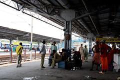 [India] 長距離電車の駅で電車待ち   by kimama_labo