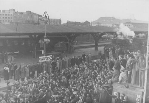 Folkemengde ved plattform 2 på Trondheim Sentralstasjon (1945)