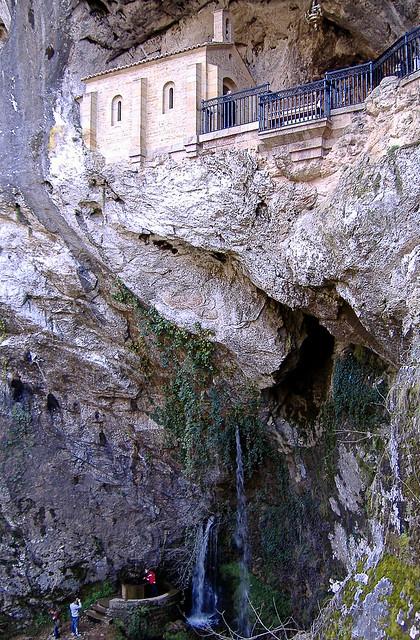La Santa Cueva de Covadonga (Picos de Europa, Asturias)