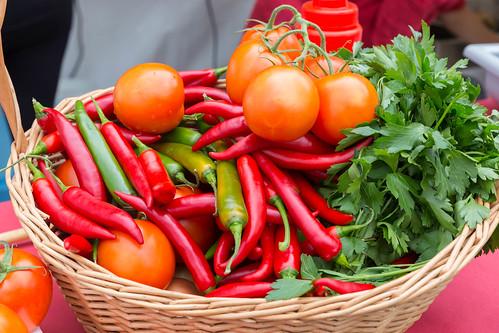 Korb mit Gemüse: Tomaten und Chillie | by wuestenigel