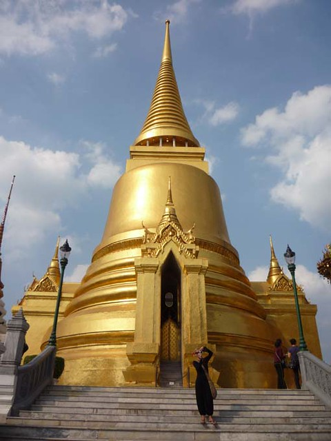 BANGKOK, THAILAND - Wat Phra Kaew temple - Phra Sri Ratana chedi/ БАНГКОК, ТАИЛАНД - Храм Пра Каеу (Храм Изумрудного Будды)