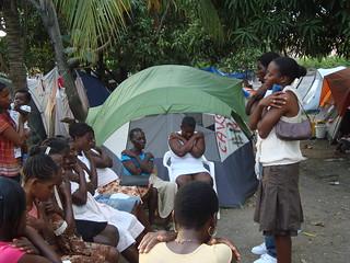 El abrazo de la mariposa en un campamento de desplazados de Tabarre, en las afueras de Puerto Príncipe. Crédito: Leah James/IPS   by Agencia de Noticias Inter Press Service