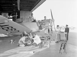 Groundcrew servicing a Fairchild Cornell I aircraft of No. 19 Elementary Flying Training School, RCAF. / Le personnel de piste effectue l'entretien d'un aéronef Fairchild Cornell I de la 19e École d'entraînement élémentaire au vol, ARC.