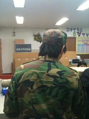 아무리 상근이라고 해도 군인이 머리가 너무길다...