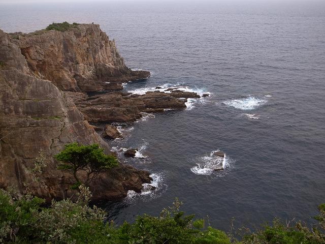 <p>岩にあたって砕ける波しぶき</p>