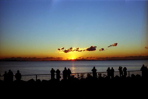 morning blue orange silhouette japan tokyo 東京 gradation 青 om1 risingsun tokyobay newyearsday 新年 初日の出 オレンジ shinkiba シルエット seasidepark 元旦 新木場 kodaksupergold400 beamoflight 東京湾 thenewyear 朝日 光芒 元日 firstsunrise グラデーション 若洲海浜公園 fzuikoautos50mmf18