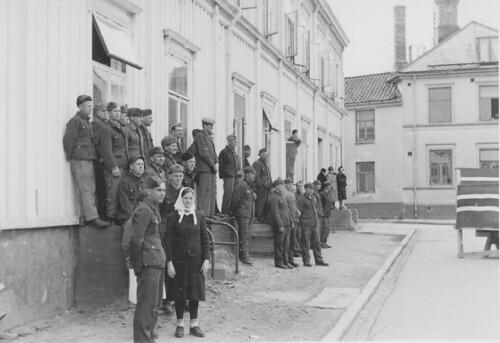 Frigitte sovjetiske krigsfanger observerer feiringen av grunnlovsdagen (1945)