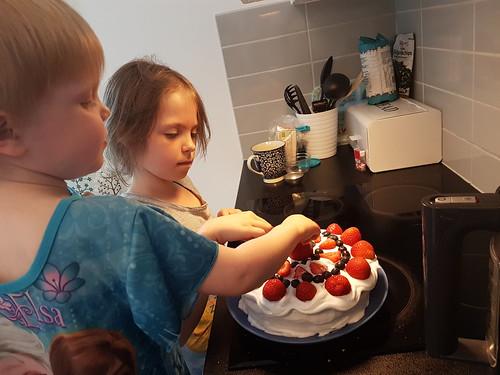 Barnen gör tårta till pappa
