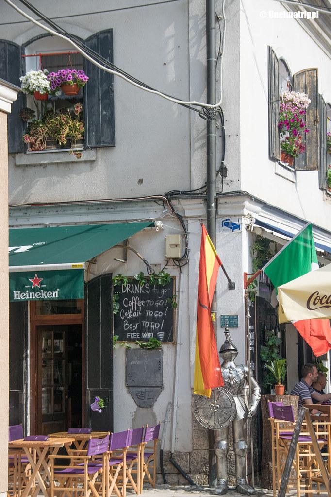 Mukaan otettavia tuotteita mainostava kahvila Sarajevossa