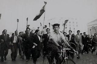 los ibañistas a barrer con la corrupcion, Alameda y San Antonio, 1952.   Las mujeres votaron por primera vez en las elecciones presidenciales de 1952