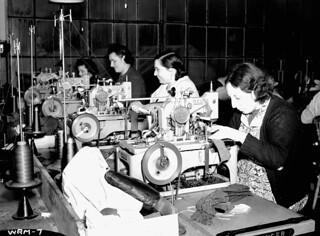 Female workers manufacturing military uniforms, Toronto, Ont. / Ouvrière fabriquant des uniformes militaires à Toronto (Ontario)