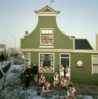 ZFC poseert rond Zaans huisje / Soccer team posing in front of a Dutch wooden house
