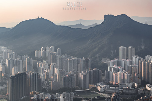 獅子山 lion rock sunset city cityscape hongkong hk kowloon mountain hill bright light orange buildings