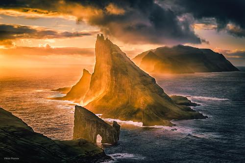 tindhólmur sunset faroeislands scandinavia føroyar drangarnir atlantic tindholmur arch cliffs