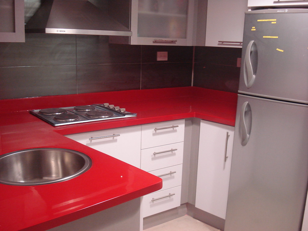 Cocina color blanco tope rojo decosoluciones cocinas for Software para diseno de cocinas integrales gratis