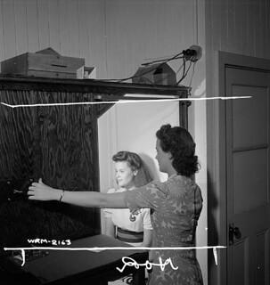 Woman photographer photographs female munitions worker at the Dominion Arsenals Plant. / Une photographe prend un cliché d'ouvrières des munitions à l'usine Dominion Arsenals