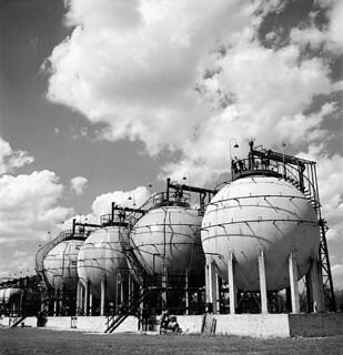 Horton spheres storing butadiene and styrene, chief ingredients of synthetic rubber, Polymer Rubber Corp., 1944 / Réservoirs Horton contenant du butadiène et du styrène, principaux composants du caoutchouc synthétique, Polymer Rubber Corp., 1944