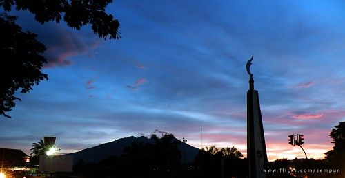 indonesia bogor java westjava mtsalak kujangstatue tugukujang landmark downtown evening bluehour sunset nikon coolpix p80 nikoncoolpixp80 colorphotoaward platinumphoto mywinners flickrsbest