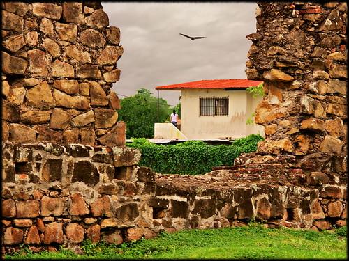 woman house bird stone wall canon pared eos casa mujer ruins fb ruinas porch panama dslr panamá panamacity piedras pájaro panamaviejo 40d canon40d sigma18200dcos panamálavieja ciudadpanamá