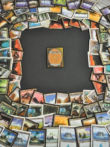 Imagen de varias cartas de MTG alrededor de una sola carta.