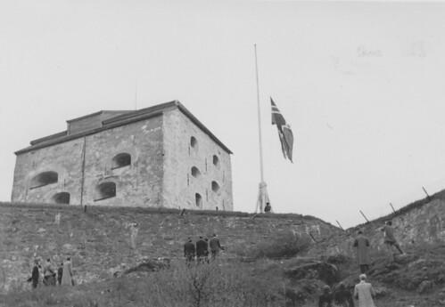 Det norske flagg heises ved Kristiansten festning (1945)