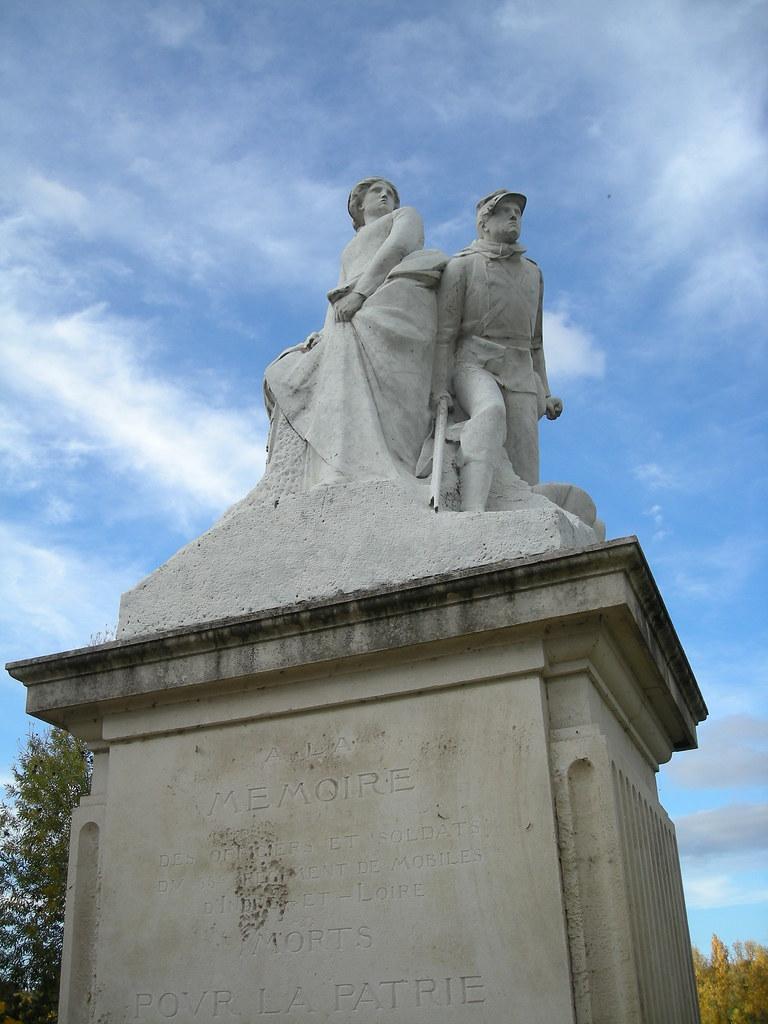 Monument aux Morts à côté du pont de fils