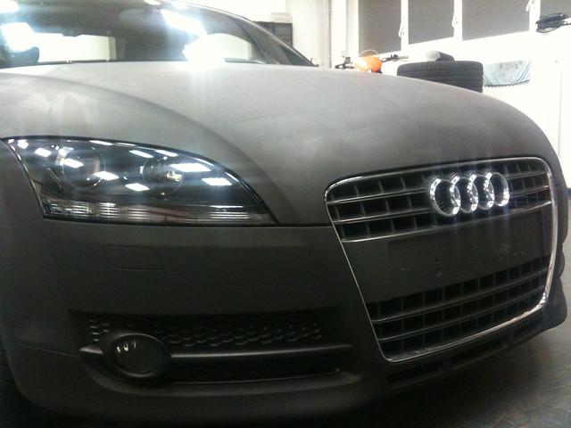 car wrapping ist folie statt lack. ein audi TT verwandelt sich in matt schwarz- gesehen im www.foliencenter-nrw.de