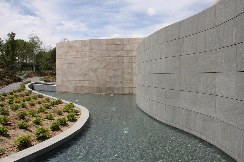 Muros En Fachada Fachada Con Muros Curvos De Piedra En