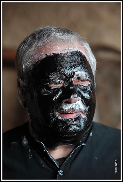 JMF138511  Tras de la crema se aplica el tinte negro