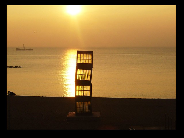 Spanien - Barcelona , Kunst am Strand , abends  - 2/2675