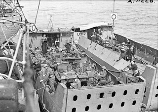 Troops in landing craft preparing to go ashore during Operation JUBILEE, the raid on Dieppe / Soldats dans une péniche de débarquement se préparant à débarquer durant l'opération « Jubilee », le raid sur Dieppe