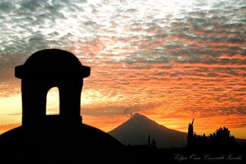 Cúpula y Volcán Popocatepetl en un atardecer hermoso.