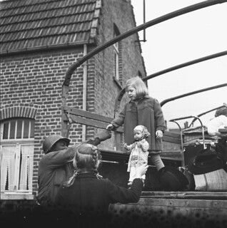 Roermonds meisje kan na de bevrijding weer naar huis / A girl from Roermond is free to return home with her doll after the liberation