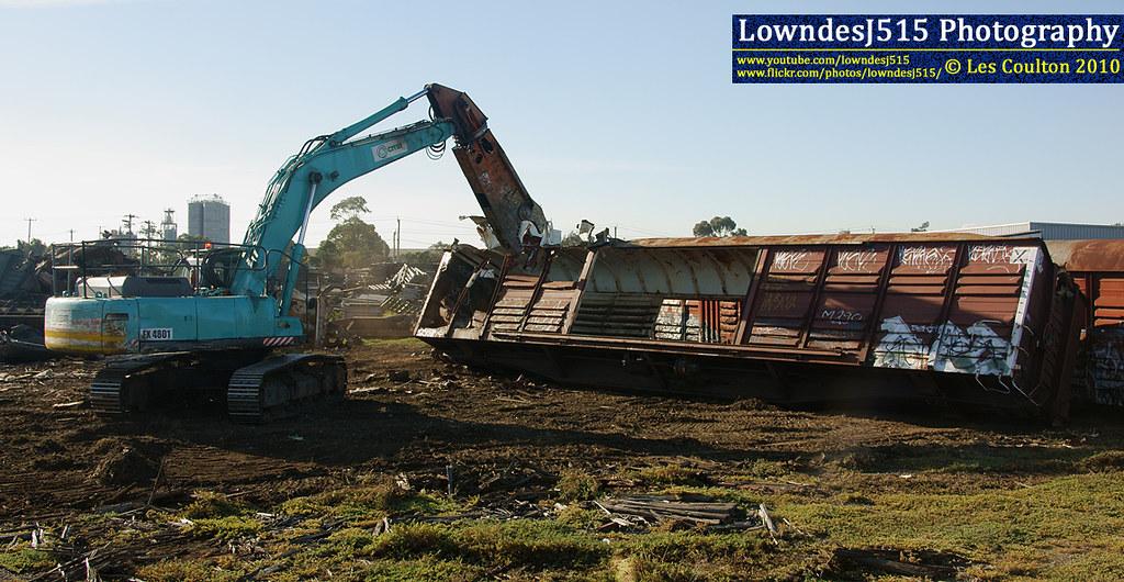 Excavator at Brooklyn Tip Siding by LowndesJ515