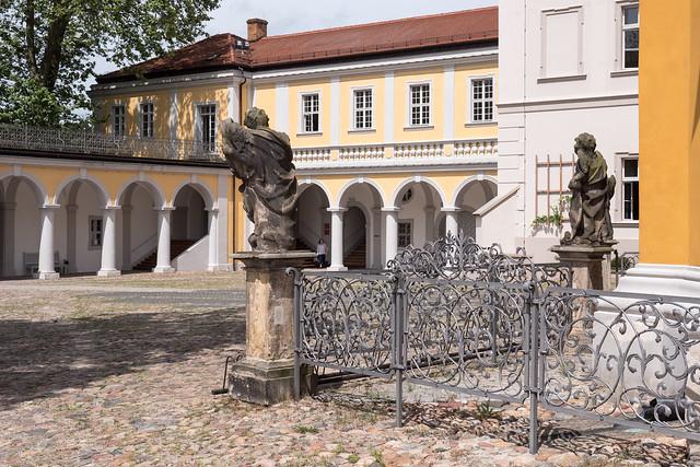 Kloster Neuzelle: Platz vor dem Eingang der Klosterkirche - Square in front of the entrance of the Neuzelle Monastery Church