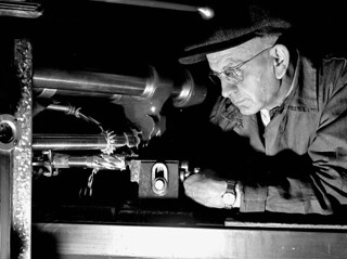 Workman operating a lathe at the Sorel Steel Foundries Limited, December 1940 / Ouvrier travaillant à l'aide d'un tour à la Sorel Steel Foundries Limited, décembre 1940