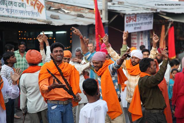 Jwalaji 8_Singing&Dancing Pilgrims En Route to Temple