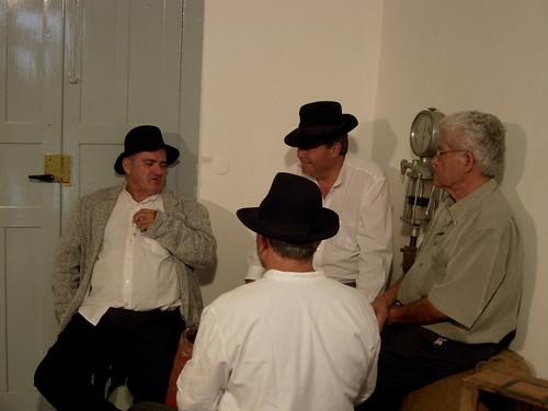 El actor Pascual Arroyo encarnando a Pepe Monagas con la gente del Proyecto de La Aldea (Gran Canaria)