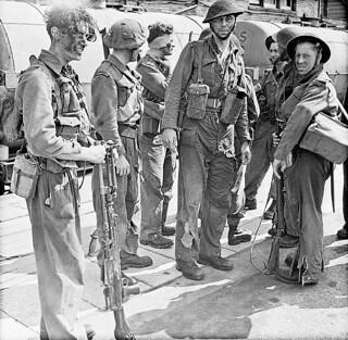 Soldiers who took part in Operation JUBILEE, the raid on Dieppe, returning to England, 19 August 1942 / Débarquement de soldats qui prirent part à l'opération « Jubilee », le raid sur Dieppe