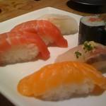 中トロ2カン(tuna)・天然平目(flatfish)・サーモン(salmon)・アジ(moonfish)・ネギトロ巻き(sushi roll)