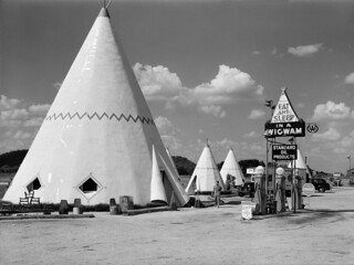 Marion Post Wolcott: Indian teepee cabins for tourists south of Bardstown, Kentucky, 1940