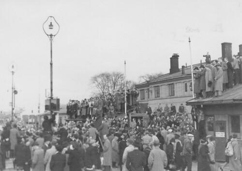 Ansamling av folk ved Trondheim Sentralstasjon? (1945)
