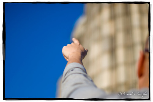 blue sky blur point 50mm nikon dof hand arm bokeh finger 14 naturallight bluesky shallow 50 pointing afs d60 manpointing